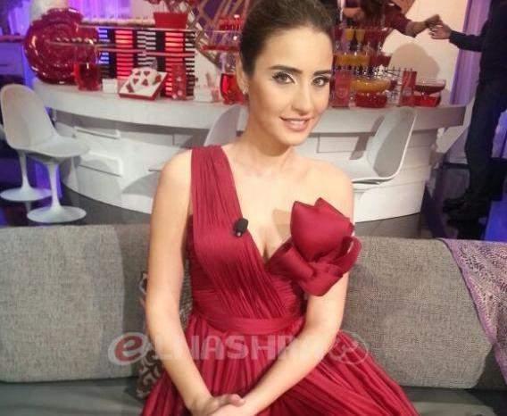 """إيميه صياح تشع بالأحمر في ليلة حب وتعترف: القبلة الأولى """"بتخوّف"""""""