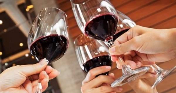 بعد 60 عاماً...هذه الدولة تسمح للنساء شرب الكحول