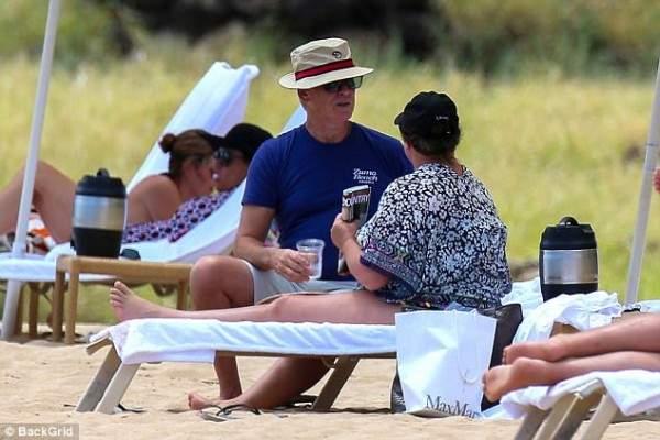 بيرس بروسنان وزوجته يستمتعان بوقتهما على الشاطئ..بالصور