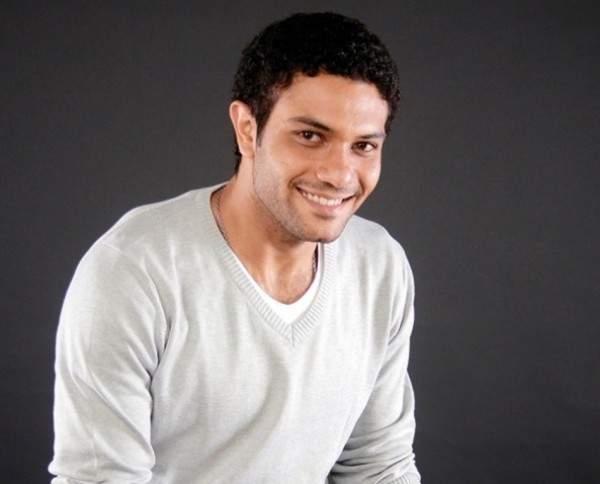 آسر ياسين يلعب مع أولاده - بالصورة