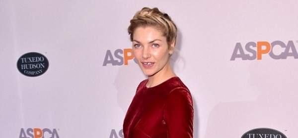جيسيكا هارت بفستان مخملي في حفل خيري لإنقاذ الحيوانات