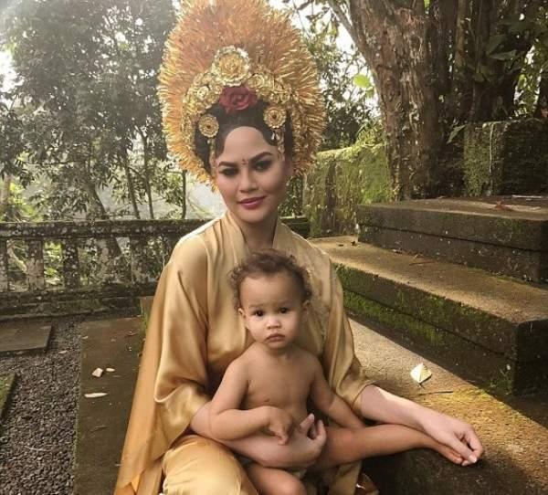 كريسي تايغن بالزي التقليدي لبلدها خلال عطلتها في إندونيسيا مع عائلتها