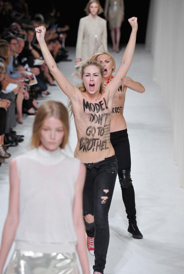 عاريتان تقتحمان مسرح أسبوع الموضة في باريس