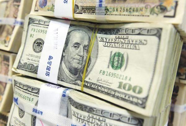 الدولار يتجه صوب أسوأ أداء أسبوعي في 10 أشهر