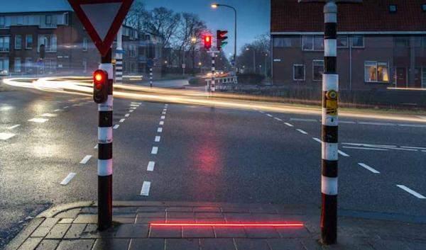 """""""بوديغرافين"""" الهولندية تثبت إشارات مرور في الشوارع لمدمني الهواتف الذكية"""