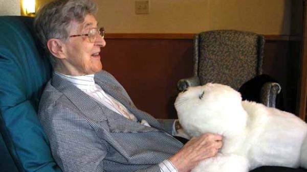 باحثون يطورون روبوت كلب لمساعدة كبار السن ومرضى الخرف