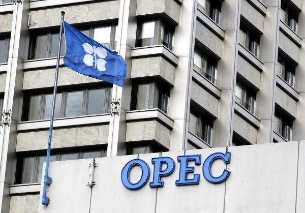 """""""أوبك"""" تميل لتمديد خفض النفط لكن ينبغي مشاركة غير الأعضاء"""