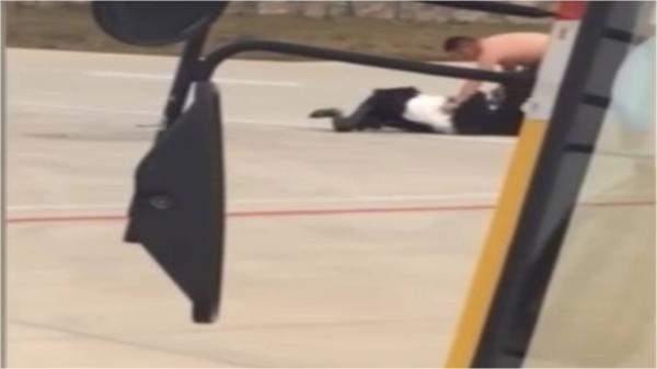 تأخر إقلاع طائرة نصف ساعة بسبب مشاجرة عنيفة بين زوجين على أرض المطار