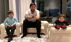 ليونيل ميسي يدردش مع اولاده