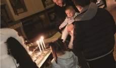 سيسك فابريغاس يضيء الشموع في الكنيسة