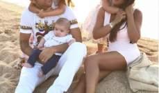 سيسك فابريغاس مع عائلته على شاطئ البحر