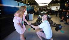 رجل يطلب يد حبيبته في حظيرة مرسيدس