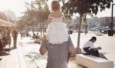نيكو روزبرغ يحمل إبنته على كتفيه
