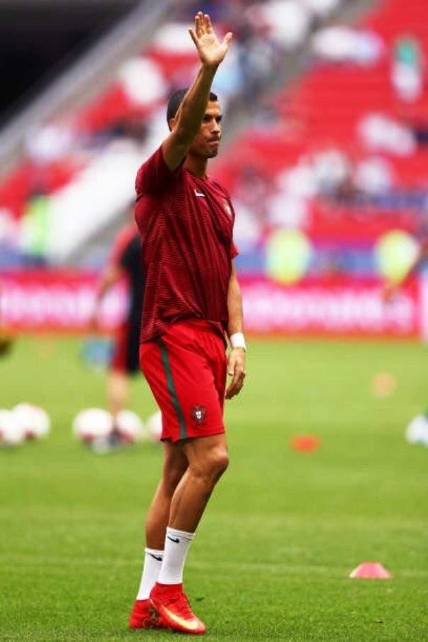 مشجعة برتغالية تطلب من رونالدو طلب غريب !