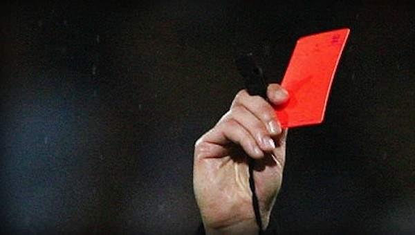 البطاقة الحمراء تجتاح الدوري الانكليزي الممتاز